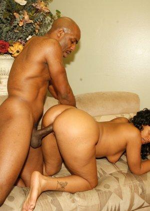 Жопастая негритянка ебется со своим мужем - фото 9