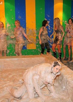 Девки занимаются борьбой в грязи - фото 15