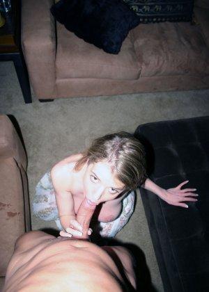 Сисястая Анита выпила лишнего, вывалила свои натуральные дойки из сарафана и принялась сосать хер до получения на рот спермы - фото 2