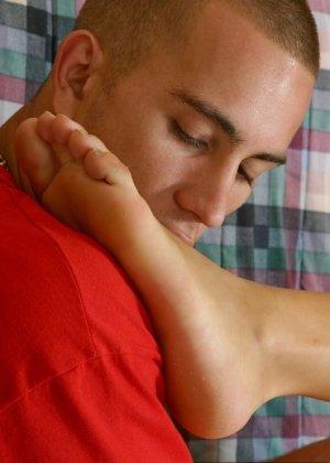 Лысый парень облизывает пальцы ног своей подруге - фото 12