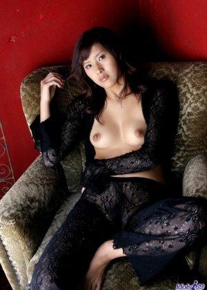 Сара Цукигами эротично позирует - фото 8
