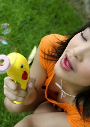 Мицуно Манабе пускает мыльные шары во дворе, но ее похотливая слегка волосатая промежность хочет траха - фото 8