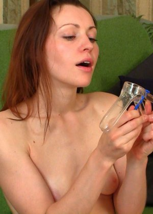 Женщина показывает, как сокращается ее матка во время оргазма - фото 8