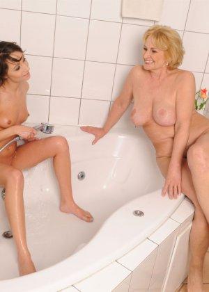 Красивая девушка играет с опытной лесбиянкой в душе, потом они практикуют куни и анилингус на постели - фото 24