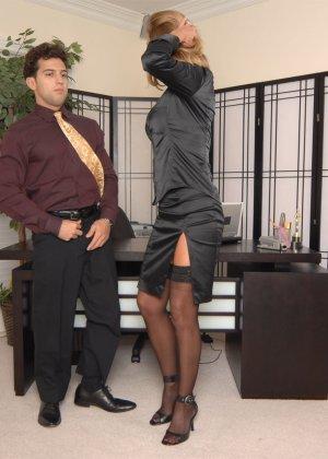 Брэнда Джеймс – зрелая секретарша, которая соблазняет молодого мужчину прямо на рабочем месте - фото 9
