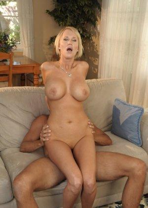 Трахнул худую, сисястую блонду на диване - фото 6