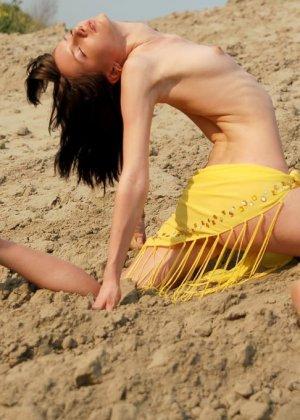 Молодая девушка позирует в пустынном месте - фото 18