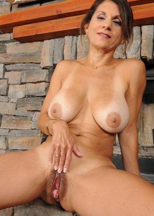 Женщина 48 лет без стеснения показывает свою дырявую и волосатую пизду - фото 2