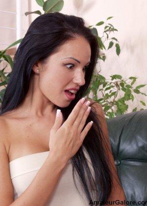 Две молоденькие сучки устраивают лесбийские игры, показывая всю свою сексуальность перед камерой - фото 12