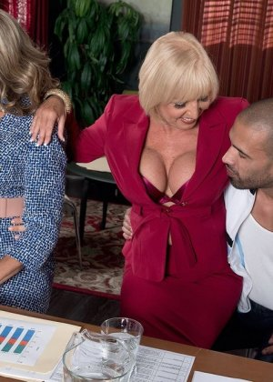 Ради подписания контракта две бизнес леди были готовы трахнуться с двумя мужчинами, но мужчины не очень их хотели - фото 11