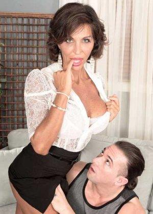 Лила Лали – знойная зрелая секретарша, которая быстро оказывается на мужском члене и скачет на нем - фото 1
