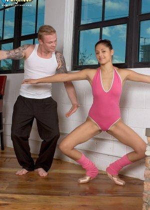 Девушка разминается на балете, но затем к ней присоединяется мужчину и устраивает ей классный секс - фото 9
