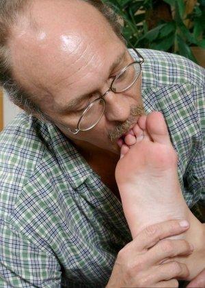 Старый мужик зашел к соседке, когда она спала и начал целовать ее ноги, телка просыпается, мастурбирует и дрочит мужику ступнями - фото 9