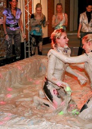 Бои телок в грязи, они вываляли друг друга, потом начали раздеваться и получать удовольствия от скольжения тел - фото 12