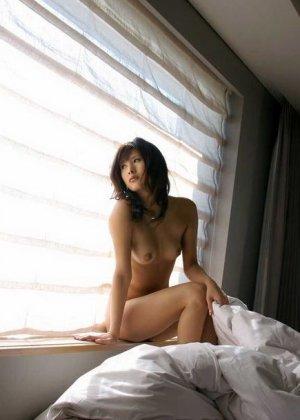 Сара Цукигами эротично позирует - фото 2