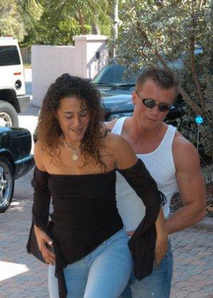 Красивая латина познакомилась с мужчиной в летнем кафе и пришла к нему домой потрахаться - фото 5