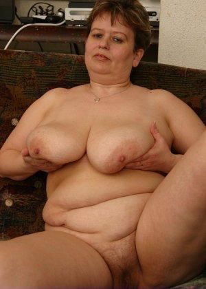 Жирная женщина с редкими волосами на лобке - фото 7