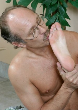 Старый мужик зашел к соседке, когда она спала и начал целовать ее ноги, телка просыпается, мастурбирует и дрочит мужику ступнями - фото 2