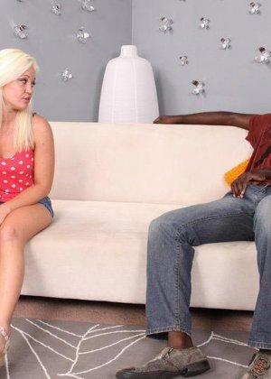 Блондинка просит помощи на дороге, но вместо этого негр приглашает ее в свой номер, межрасовый секс будет незабываемым - фото 11