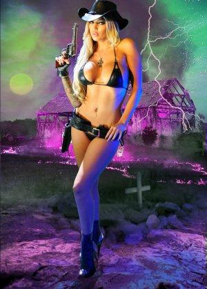 Меган Дэниэлс позирует с пистолетом и ружьем - фото 8