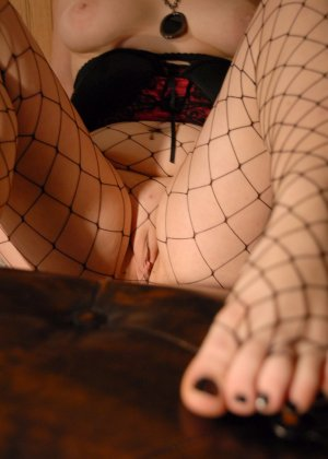 Толстушка Сэди имеет страсть к футфетишу, ее полные пальцы на ногах жаждут ласки мужского языка - фото 4