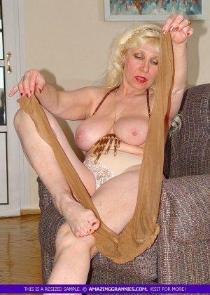 Русская пожилая женщина снимает чулки и остается в трусах - фото 11
