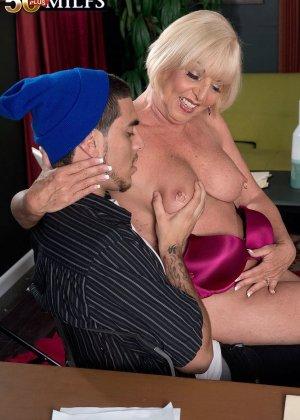 Ради подписания контракта две бизнес леди были готовы трахнуться с двумя мужчинами, но мужчины не очень их хотели - фото 2