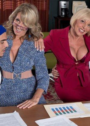 Ради подписания контракта две бизнес леди были готовы трахнуться с двумя мужчинами, но мужчины не очень их хотели - фото 9