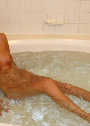 Сексуальная молодая брюнетка в ванной - фото 14