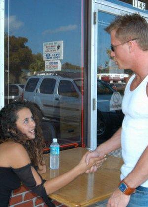 Красивая латина познакомилась с мужчиной в летнем кафе и пришла к нему домой потрахаться - фото 4