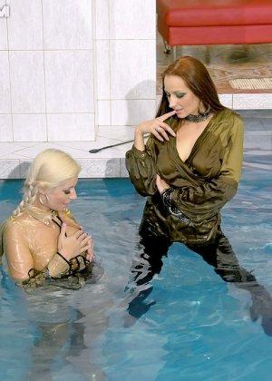Сексуальная Джина Килмер вместе с подружкой оказываются в бассейне и пробуют друг друга на вкус - фото 14