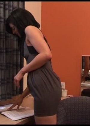 Меган Пейдж не раздеваясь, пососала хуй у голого мужчины - фото 10