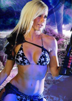 Красотка Дженифер на съемках фантастического порно фильма со своей подругой лесбиянкой - фото 1