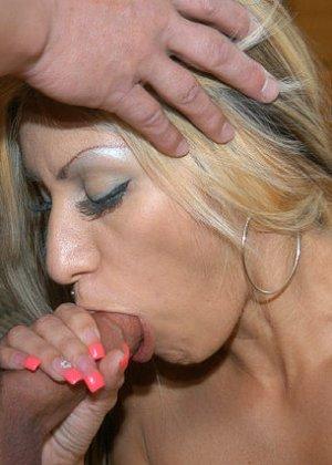 Сексуальная красотка соблазняет мужчину, он трахает ее до тех пор, пока не решает кончить на личико - фото 11