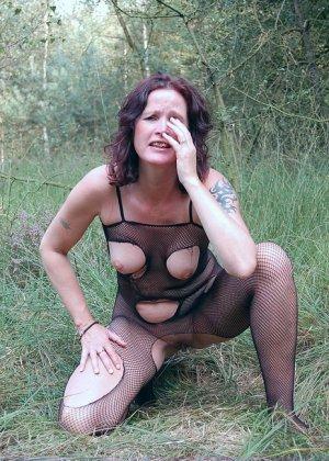 Пожилая женщина мастурбирует в лесу - фото 7