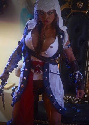 Арми Филд в роли очаровательно воительницы, ее большие невероятно упругие буфера невозможно не заметить - фото 10
