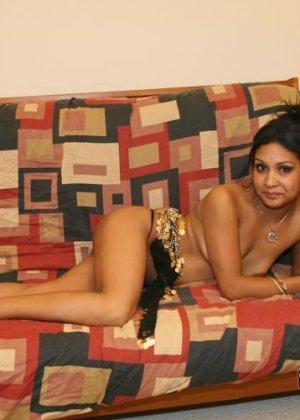 Элитная для Индии шалава показывает пизду и небольшую грудь - фото 12