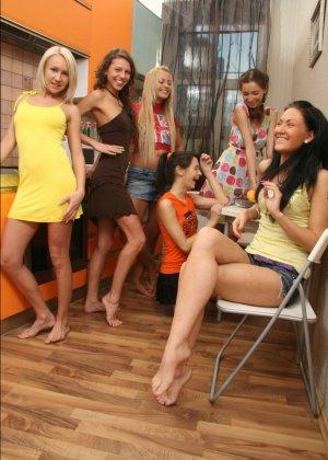 Шесть девок устроили небольшую вечеринку дома - фото 8