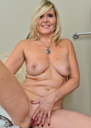 Пожилая блондинка хочет заняться мастурбацией - фото 11