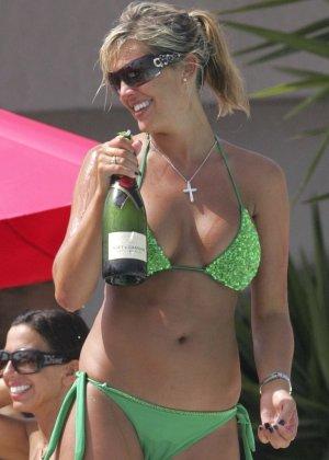 Даниэль Ллойд показывает в себя облегающей одежде и откровенном бикини – ей стесняться нечего - фото 8