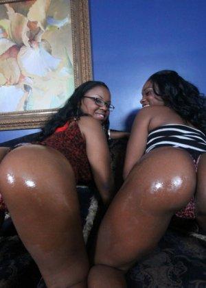 Две темнокожие дамочки расслабляются в компании друг друга, позволяя негру себя оттрахать - фото 8