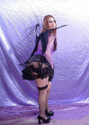 Эффектная рыжая телка любит ролевые игры, она надела сексуальный наряд и показала свою влажную вагину - фото 10