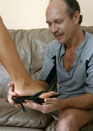 Взрослый мужик лижет пальцы ног девке, пока она мастурбирует, затем дрочит ее ступнями себе хер - фото 5