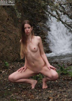 Девушка эротично позирует у водопада - фото 1