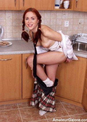 Рыжая студентка приоткрыла свои прелести на кухне - фото 13