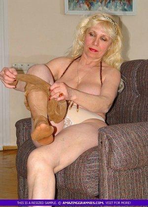 Русская пожилая женщина снимает чулки и остается в трусах - фото 10