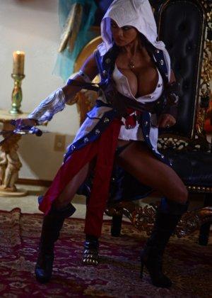 Арми Филд в роли очаровательно воительницы, ее большие невероятно упругие буфера невозможно не заметить - фото 15