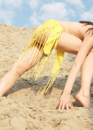 Молодая девушка позирует в пустынном месте - фото 19