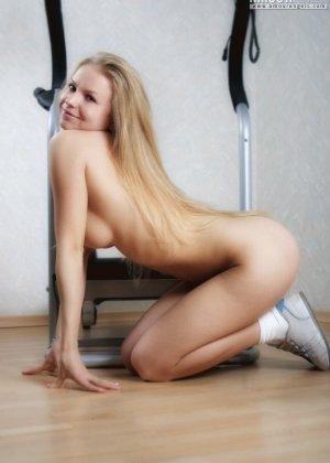 Гибкая блондинка Анна занимается на тренажере голой, как только снимает шорты, так она чувствует себя свободней, тем более что выходит классное эротическое соло - фото 5