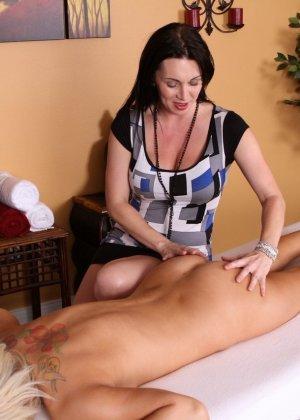 Рейванесс и Тейлор Тилден – горячие лесбиянки, которые вместо массажа спины разминают пезды друг друга с помощью игрушек - фото 8